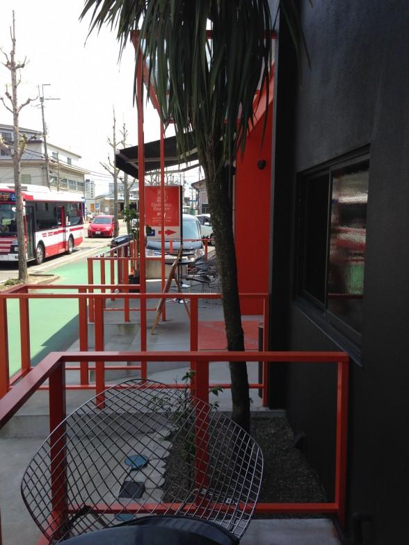 京都ダイコクバーガー 喫煙スペースからのテラス