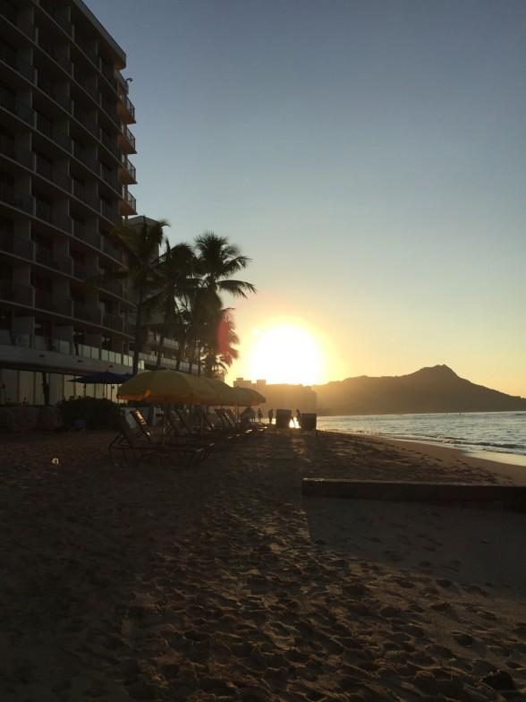 ワイキキビーチと朝日