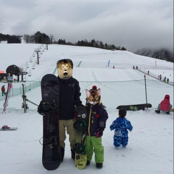 スノーボードを持ってゲレンデで撮影